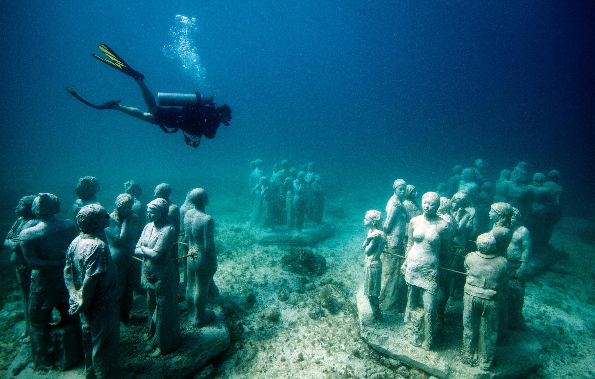 Дайвинг в подводном музее в Канкуне, Мексика